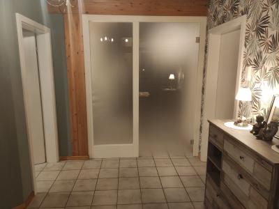 Korridorabschluss in deckend weiß lackiert mit Ganzglastür