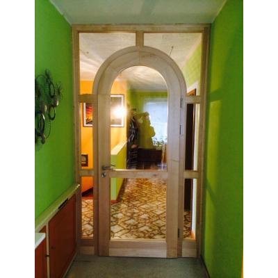 Korridor in Ahorn nach Kundenidee umgesetzt.